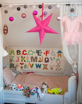 Siris sovrum är färgglatt och lekfullt.