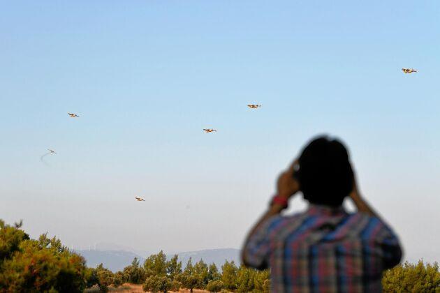 Brandflygplan från Kroatien och Italien bekämpar bränderna i Grekland.