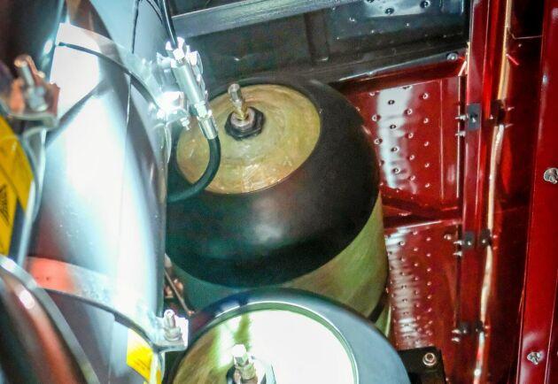 Undanskymt. Gasbehållarna är helt dolda från utsidan bakom sidoplåtarna på maskinen.