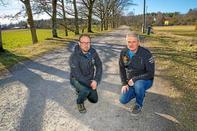 Kristofer Sjölander och Bengt Allan Karlsson vid vägen där 60 liter diesel läckte ut. Kostnaden hamnade hos närliggande markägare.