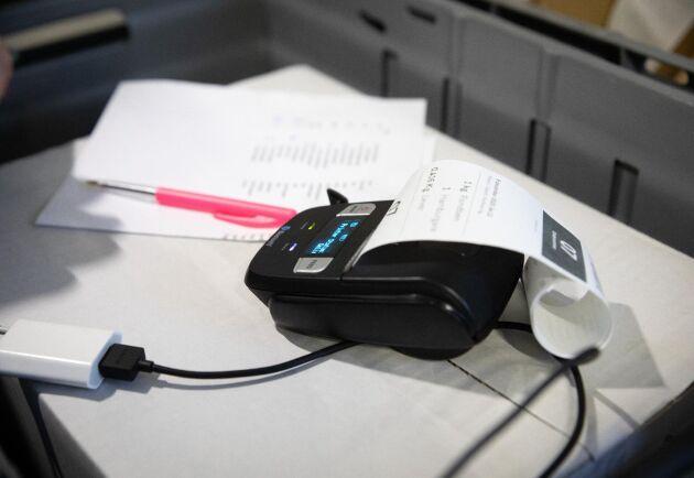 Kvitto. Med en liten trådlös skrivare skrivs kvitton ut och fästs på varje påse.