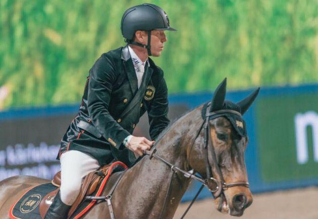Peder Fredricson, här på bild från en annan hopptävling, tillhör en av de ryttare som tävlade i Lilleström i helgen och efter hemkomst isolerat de hästar som var i Norge.