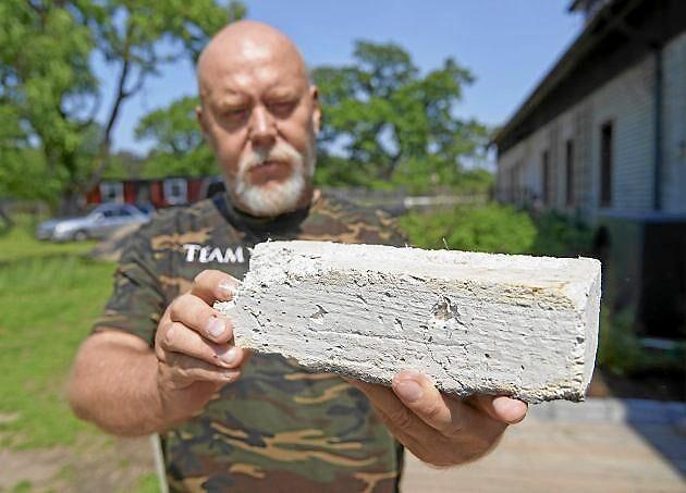Robert Nilsson, hampaodlare i Skåne visar upp en kloss av den miljövänliga och starka hampabetongen
