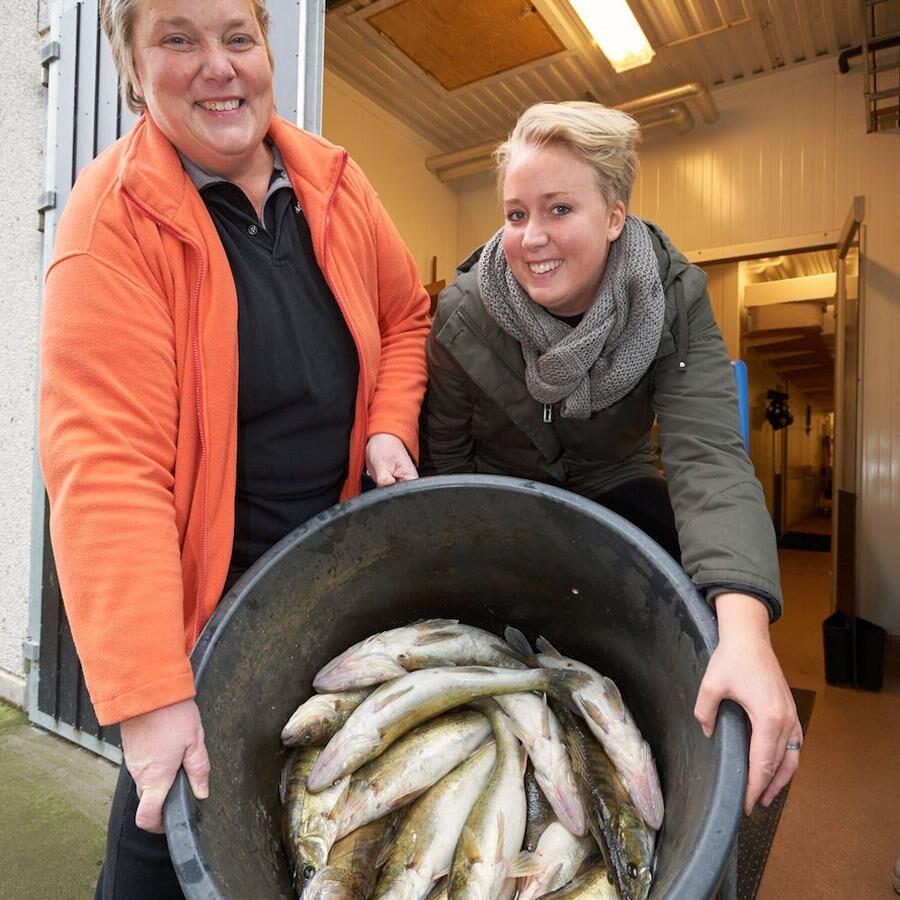 Carina och Anna visar upp dagens fångst på 45 kilo gös.