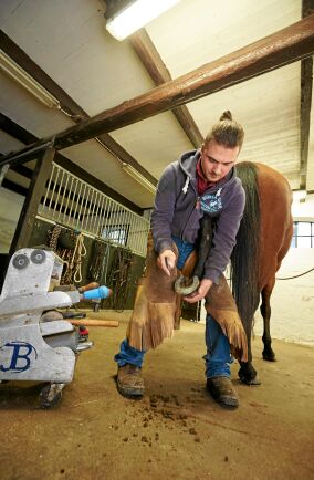 Moreno jobbar halvtid som hovslagare i sitt stall, utbildad hovslagare vid Flyinge hästcenter.