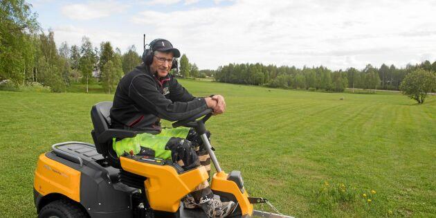 Han klipper en av norra Sveriges största gräsmattor – på eget initiativ!
