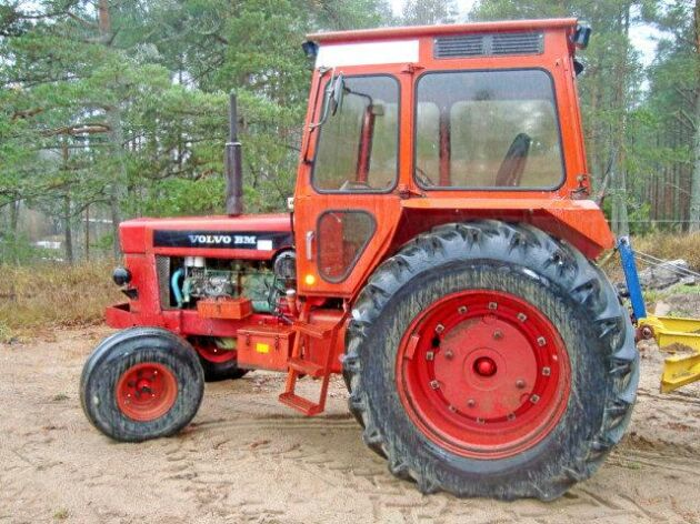 Det är ljuddämparen som är den synliga skillnaden mellan en 2600 med hytt och en 2650 eller en 2650 S. Den här traktorn skulle ha gått på export men blev kvar.