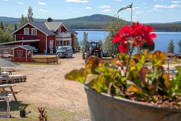 Gårdscaféet. Fika i solen med utsikt över Härjeåsjön lockar både byns sommargäster och ortsbor till gårdscaféet.