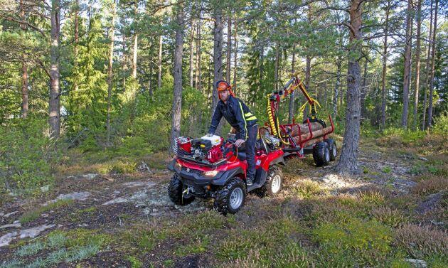Vagnen är 135 centimeter mellan hjulen och lika bred som fyrhjulingen. Det gör att du kan ta dig fram lättare i skogen och behöver inte göra lika breda gallringsvägar.