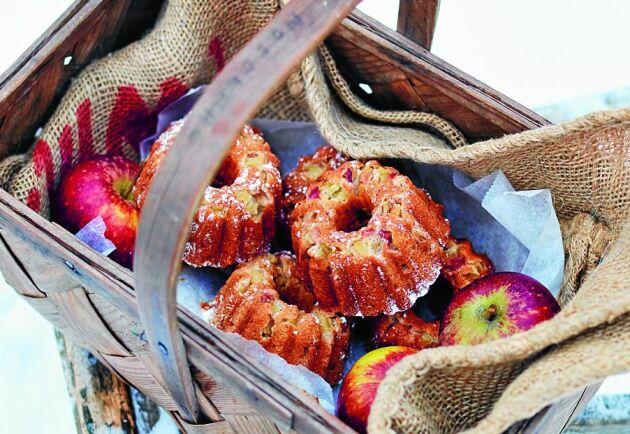 Äpplen, brynt smör och nötter ger den saftiga kakan härlig julsmak.