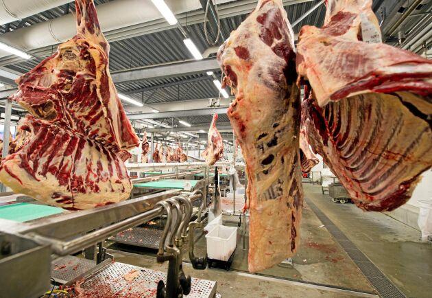 Många oroliga bönder hör av sig till slakterierna då fodret till deras djur inte räcker till.