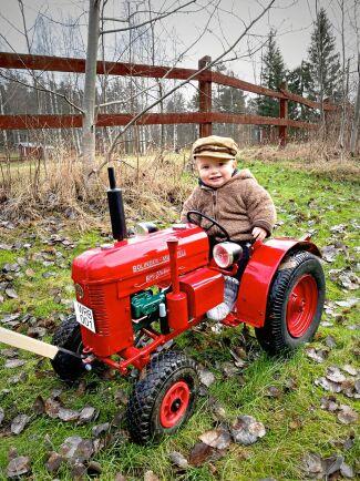Ettårige Walter Åström på sin mini-veterantraktor, som hans morbröder gjort till honom.