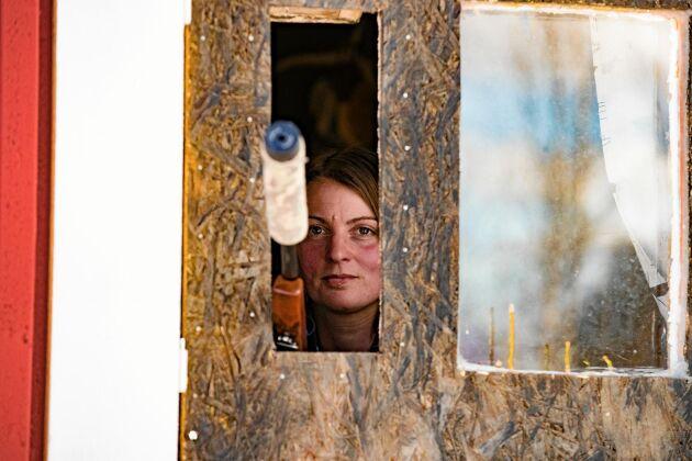 Jenny har två skjutluckor i huset, en i köket och en i hallen och en rörelsesensor som varslar när något rör sig ute på gårdsplanen.