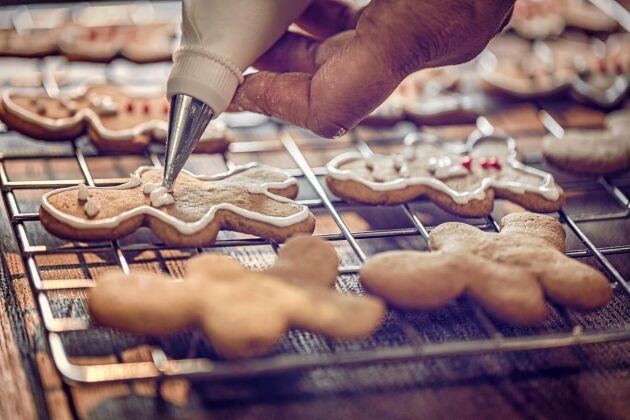 Att dekorera pepparkakor med kristyr är ett fint och stämningsfullt pyssel. Det här kristyrreceptet slår inte fel!