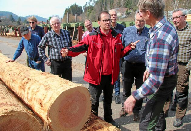 Sågverksägaren Axel Züfle diskuterar timmerdiametrar med Leonard Jansson, skogsägare i Uppsala. Stocken på bilden är lärk.