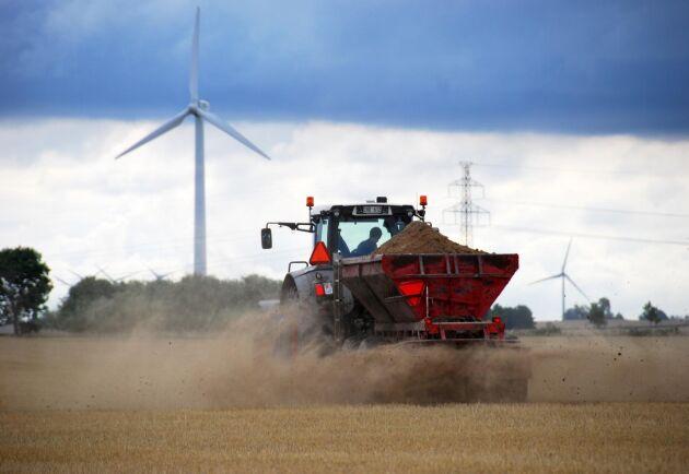 Ellinge Jordbruks AB kalkar med sockerbrukskalk inför nästa års odling av sockerbetor.