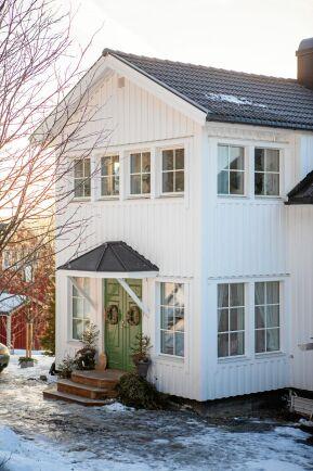 Huset är från 1950 och fräscht vitmålat med gröna dubbeldörrar.