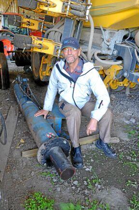 Röret på marken är en engelsk stolpnedslagare, som Lars-Olof Larsson köpte för 20 000 kronor. Med hjälp av den har han själv kunnat utföra arbetet.