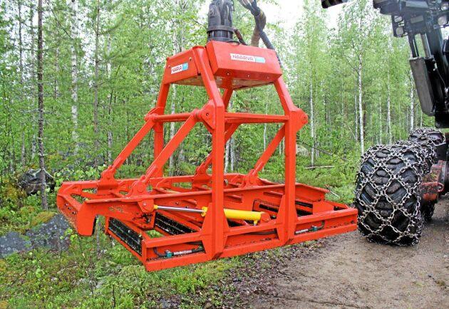 Naarva P25 drar upp röjstammarna med rötterna. Nu utvecklas en ny variant av rotryckare i Sverige.