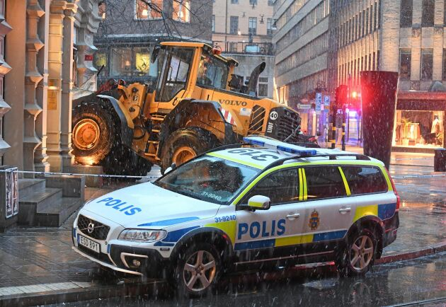Arkivbild från när tjuvar försökte bryta sig in i en exklusiv butik i centrala Stockholm med hjälp av en hjullastare. Den kuppen misslyckades - men på landet kan tjuvarna ofta agera mer ostört.