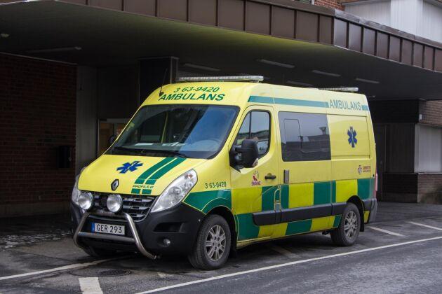 Polis, ambulans och räddningstjänst ryckte ut efter larm om en arbetsplatsolycka på en gård utanför Höör i Skåne.