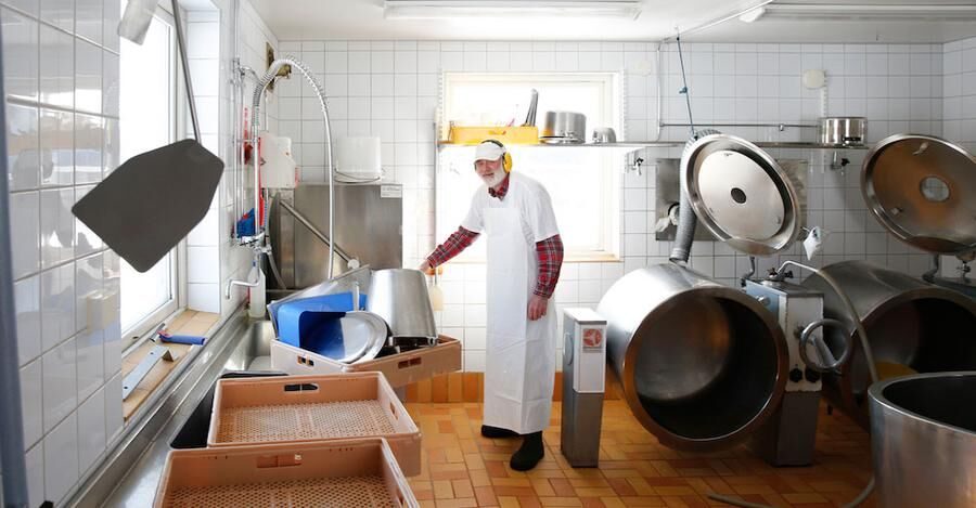 "Den erfarne ostmakaren Alf Wagenius i ""Mejeri Fjellost"", som blivit Erikas läromästare"