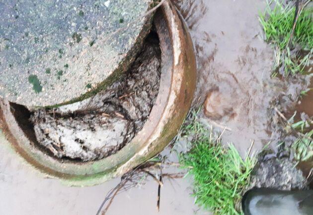 Avloppet från ett av boningshusen på gården rann ner i ladugårdens vattenbrunn (på bilden) vid kraftiga regn. När problemet upptäcktes slutade huset att användas.