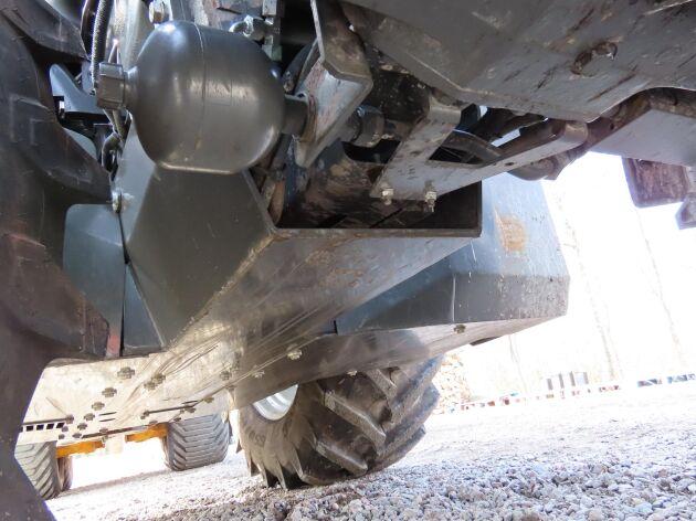 Traktorn har fått en komplett bukplåt undertill.