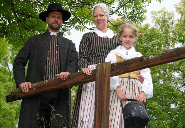 Familj i Vista härads dräkt, Jönköpings län.