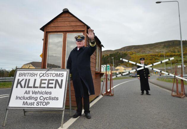 En man är utklädd till tulltjänsteman i irländska Carrickcarnon på gränsen till Nordirland för att markera mot vilka effekter en hård Brexit skulle få vid den i dag osynliga gränsen på den irländska ön.