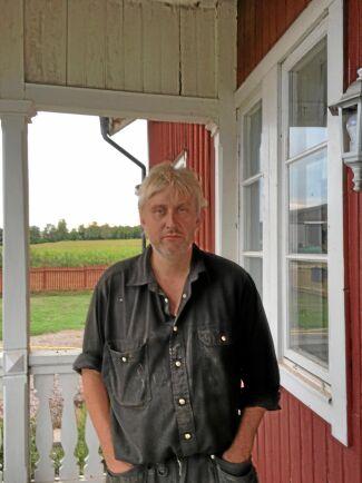 Arlas sänkning i går är nog bara början, tror Claes Jonsson som har 280 mjölkkor på sin gård i Tibro.