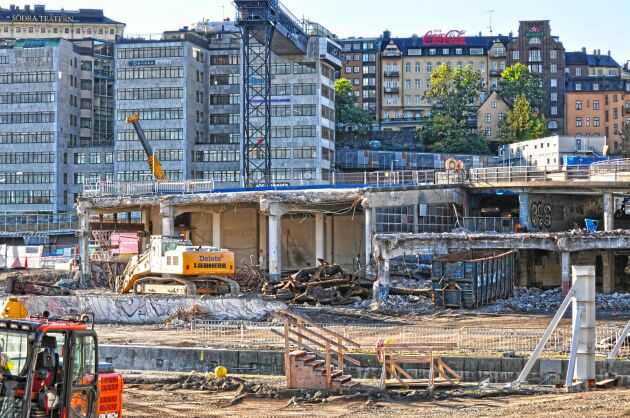 Bygget av nya Slussen i Stockholm kommer påverka vattennivån och orsaka skador på åkermark runt Mälaren. Hur mycket Stockholms stad ska betala i ersättning avgörs i april.