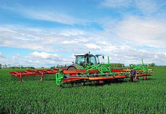 Ogräsbekämparen i fronten har en arbetsbredd av 12,6 meter. I alla fall på Ullevi egendom där man monterat ihop två maskiner och som hänger i en ram i frontlyften på traktorn.