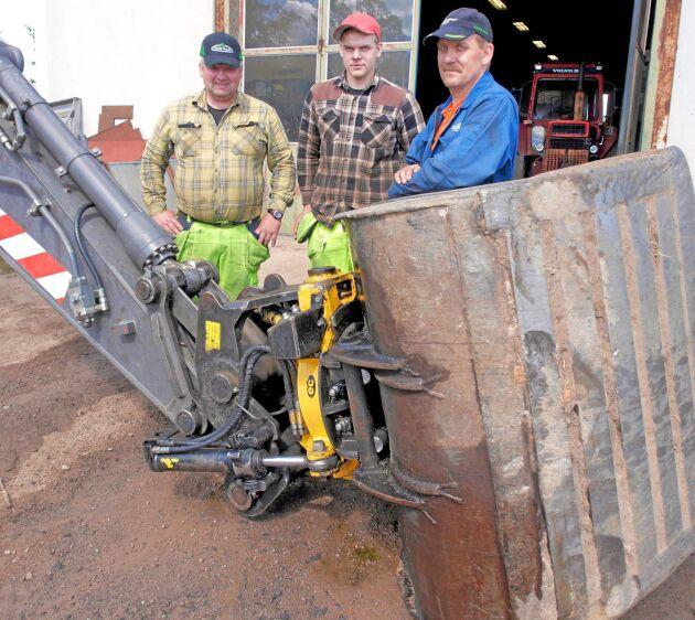 Mikael Nelsson, sonen Patrik Nelsson och Lars Svensson utnyttjar de långa sommardagarna till att låta maskinerna jobba in de höga investeringskostnaderna.