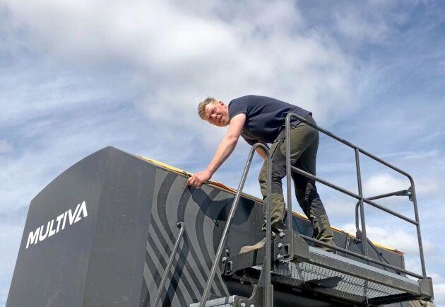 Sålådan rymmer 8 000 liter, och har justerbar skiljevägg för utsäde och gödning.