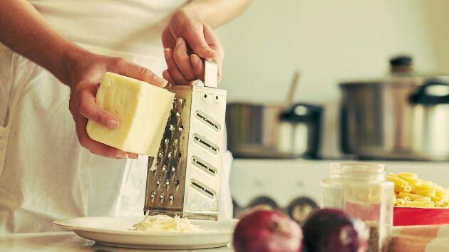 En hårdost, gärna lagrad, sätter smak på allt från pasta till omelett och går också att frysa in riven.