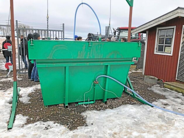 Askfiltret på tre kubikmeter töms enkelt med hjälp av frontlastaren. Filtret blandas upp med två ton aska och 500 kilo vatten, och räcker till tre tankningar.