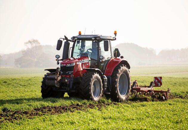 ATL har provat Massey Ferguson 6718 S som är världens starkaste fyrcylindriska traktor med 200 hästkrafter. En stark smidig traktor men med en hytt som inte riktigt når hela vägen fram.