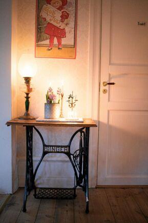 Julkänsla à la förra seklet med levande ljus på det gamla symaskinsbordet.