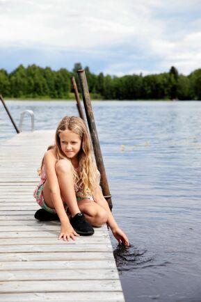 10-åriga Ellen badar vid samma brygga i Bysjön som mamma Lena gjorde när hon var barn.