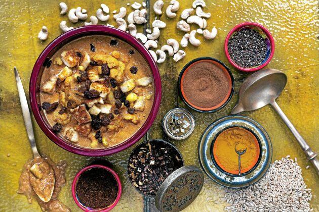 God och väldigt enkel variant av indisk korma med salt halloumi och söta russin