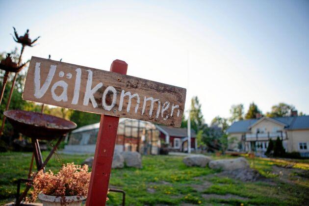 Gården håller öppet för besökare med sin gårdsbutik, trädgård och festloft.