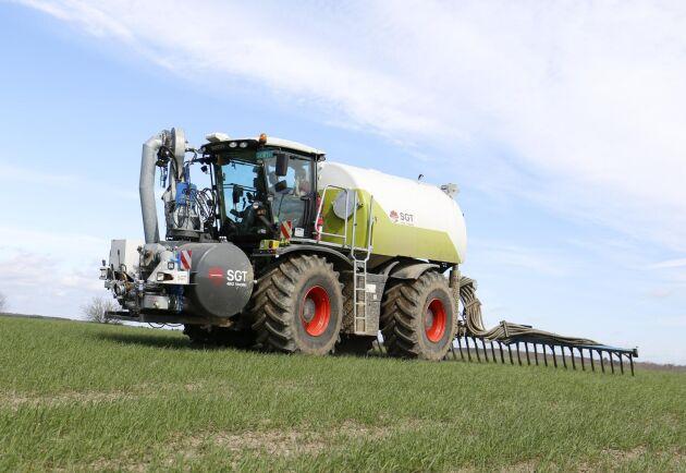 Claas-traktorn har 379 Caterpillar-hästkrafter och fungerar som en självgående gödselspridare med så kallad släpskoramp.
