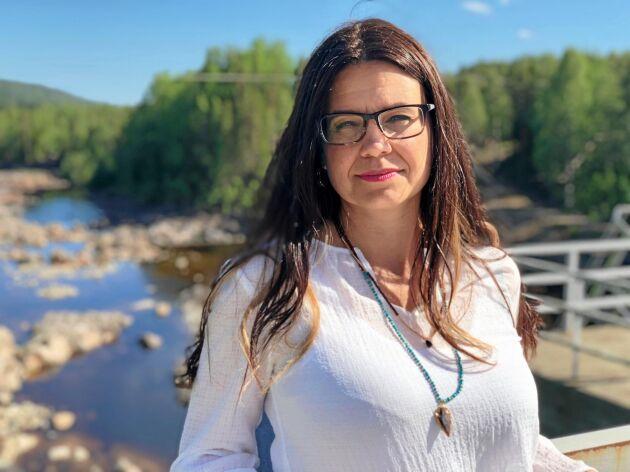 Helena Lindahl (C), riksdagsledamot från Västerbotten, ska driva vidare frågan om ersättning för vägbygge på åkermark.