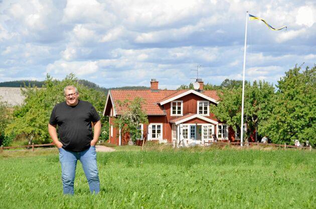 ÄTTLING. Utvandrarens ättling Hans-Göran Saldner framför gården Redeby i Östergötland, där hans förfader Peter Cassel växte upp.