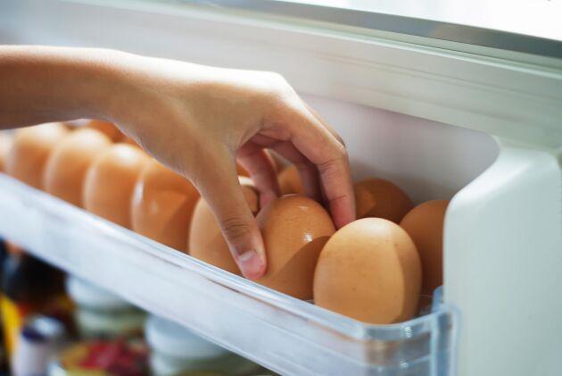 Pick chicken eggs from the refrigerator, eggs on shelf of refrigerator