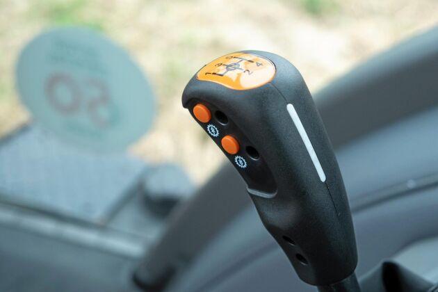 Powershiften manövreras med tryckknappar på stegväxelspaken. På framsidan av spaken finns också en knapp för frikoppling av växellådan