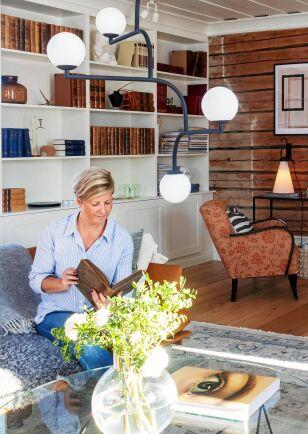 Jessica tycker om gamla, inbundna böcker. De är fina i de bokhyllor som de har byggt in i vardagsrummets ena vägg.