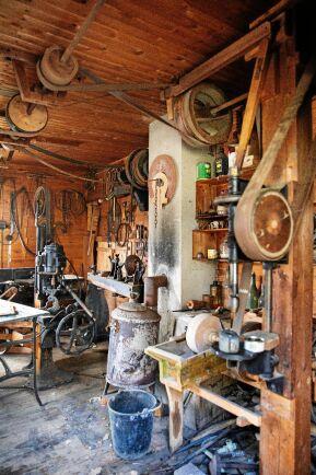 I verkstaden finns en snillrik drevanordning i remdrift som löper längs väggar och tak som, bandsåg, planhyvel, borr med mera.