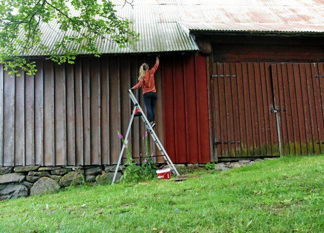 Ladorna får ny fin färg vilket får gården att se mer bebodd ut.